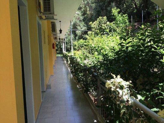 Mazis Apartments: территория отеля
