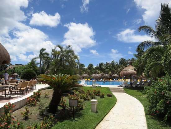 Iberostar Cozumel: The pool and grounds