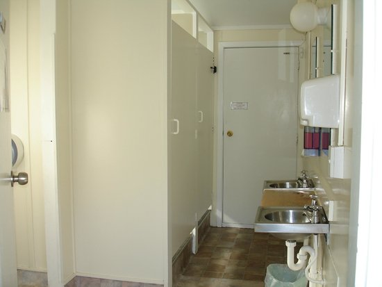 Alpine Holiday Apartments & Campground: shower facility