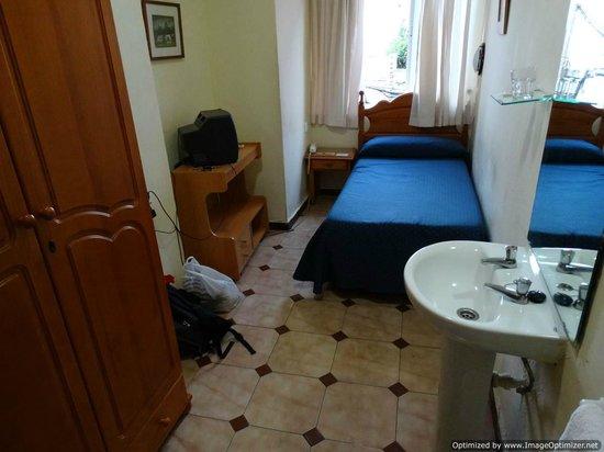 Hostal París: Room with Sink