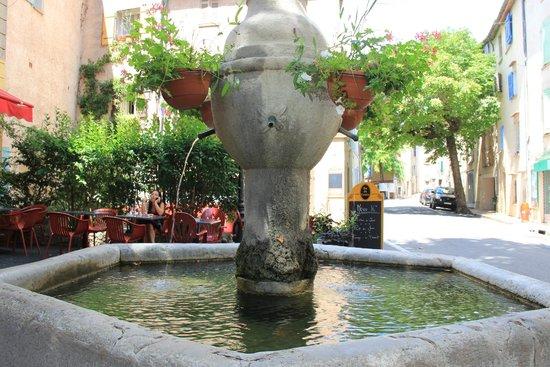 Bar Du Centre: la fontaine au centre de la terrasse