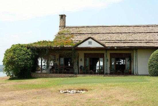 Mweya Safari Lodge: View of outside seating area next to the restaurant