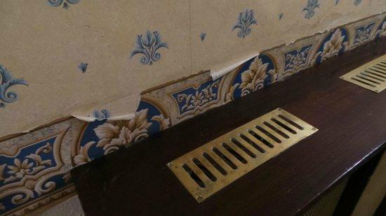 The Osborne Hotel: Hideous peeling wallpaper in corridors