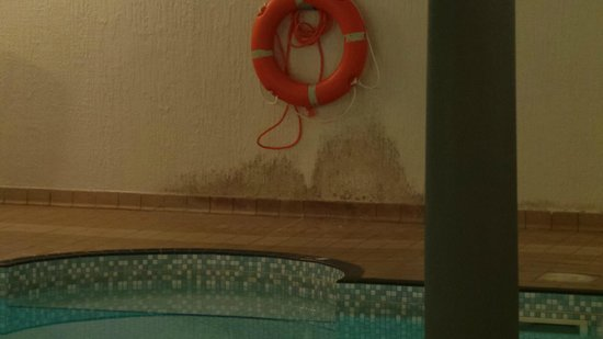 The Osborne Hotel: Damp walls, indoor pool