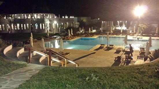 Garoda Resort: piscina con ristorante visti dal teatro