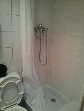 Hotel Nemours : Shower just about big enough for me (I weight just about 66kg)