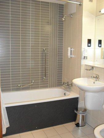 Maldron Hotel Tallaght: Bathroom