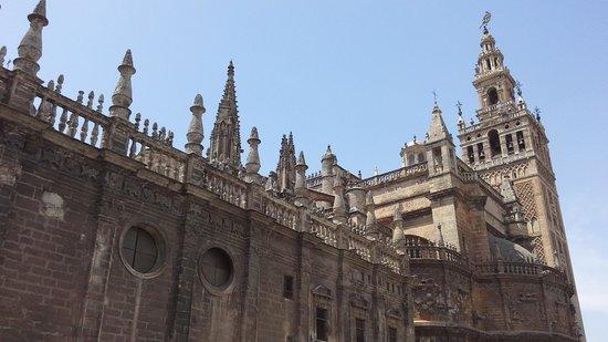 Catedral de Sevilla: Da rua... que é uma atração a parte... a gente já se depara com a enormidade desta catedral