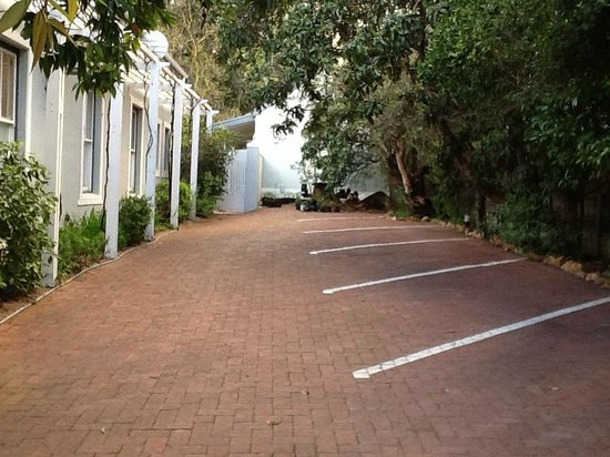 La Fontaine Guest House: Secure parking area