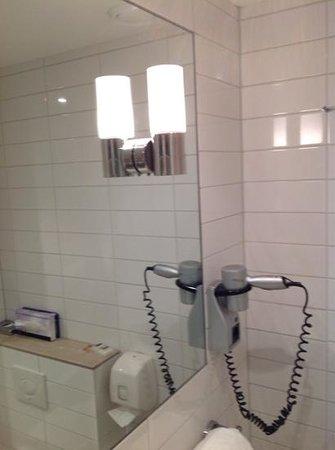 Hampshire Hotel - Eden Amsterdam : bagno con saponi vari minimal