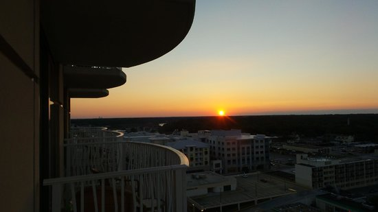 Hilton Virginia Beach Oceanfront : Sunset to the West as enjoyed from our balcony