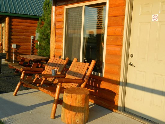 Frontier Cabins Motel: Front porch