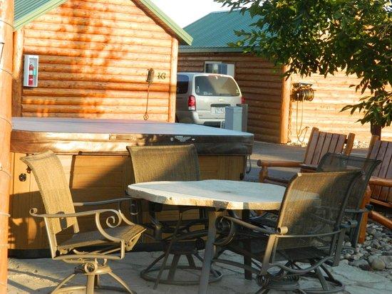 Frontier Cabins Motel : Hot Tub