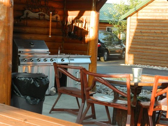Frontier Cabins Motel: Community Gas Grill