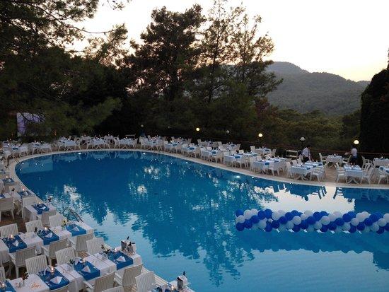 Montana Pine Resort: Un dîner autour de la piscine