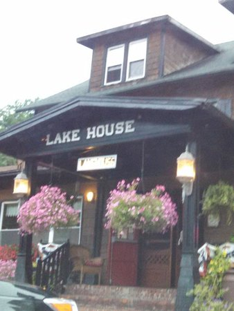 Lake House Restaurant : the view from the road