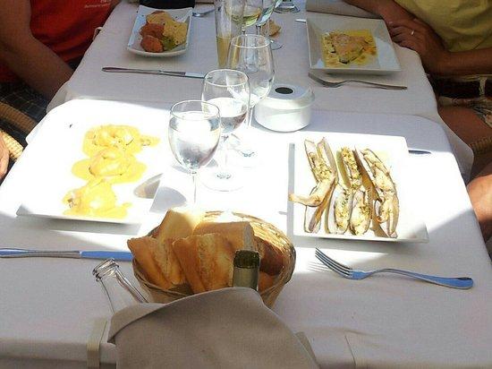 El Dorado Mar : Tartar de salmón con guacamole y nachos, lasaña de salmón y espárragos verdes, navajas y ravioli