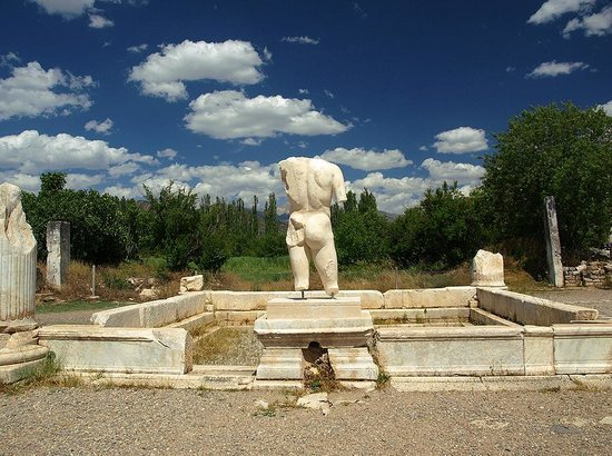 Aphrodisias : sculpture by the pool