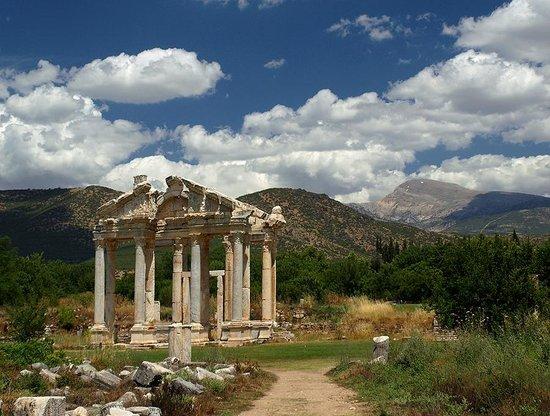 Aphrodisias : monumental gateway (tetrapylon)