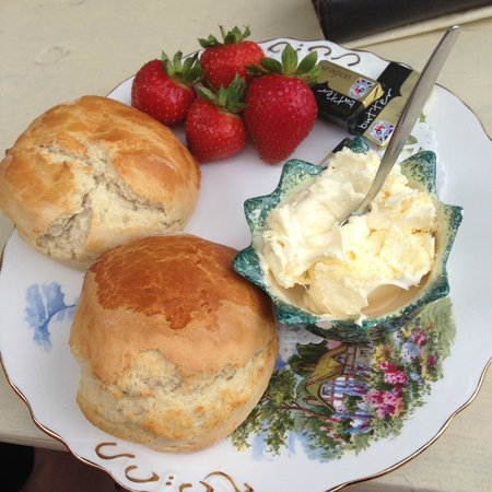 Mermaid House Tea Gardens: Scones, butter & strawberries