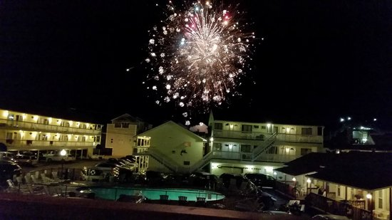 Mainsail Motel & Cottages: Watching weekly fireworks from the balcony of cottage