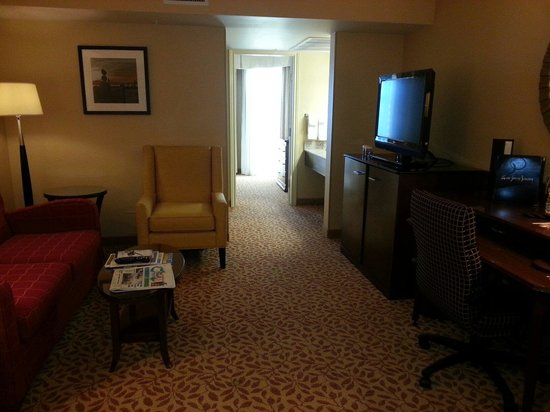 Vancouver Airport Marriott Hotel: Taken from the entryway, looking towards bedroom.