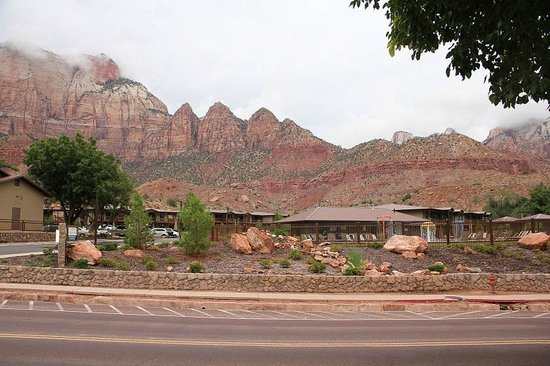 La Quinta Inn & Suites at Zion Park / Springdale: Hotel seen from the main road.