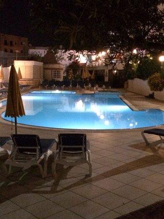 Club Salina Wharf: Pool at night