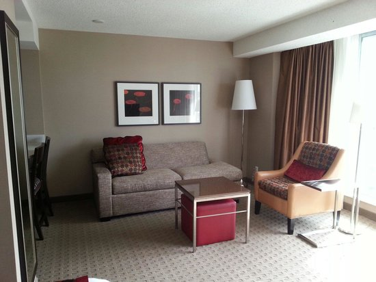 Residence Inn by Marriott Vancouver Downtown: Sitting area taken from bed area. Balcony to the right.