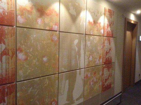 Steigenberger Airport Hotel Amsterdam: Hallway Art