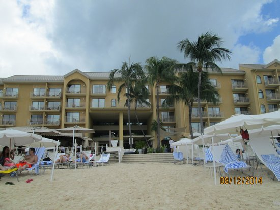 Grand Cayman Marriott Beach Resort: Hotel from the beach