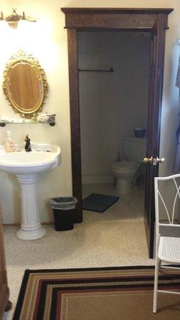 Dredge No.7 Inn: Bathroom at D Street