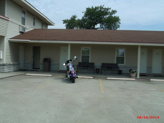 Carthage MO Best Budget Inn Room 107