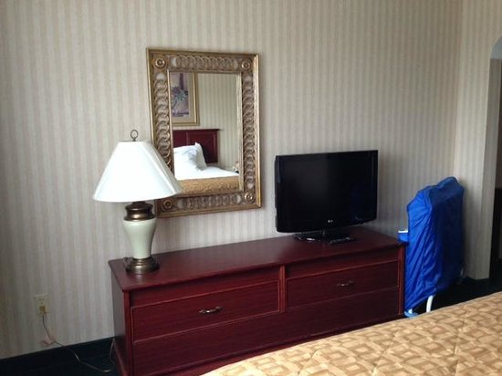 Clarion Hotel : TV in room and folded up crib
