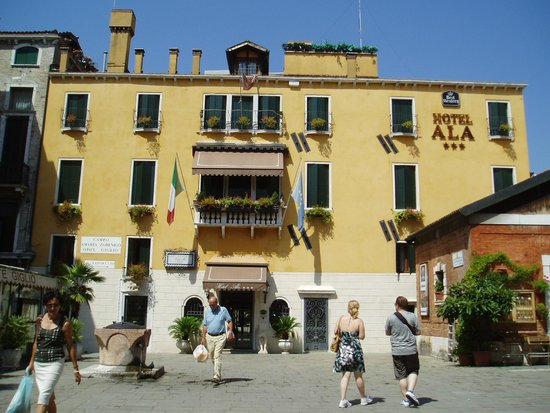 Hotel Ala - Historical Places of Italy: ホテルの正面