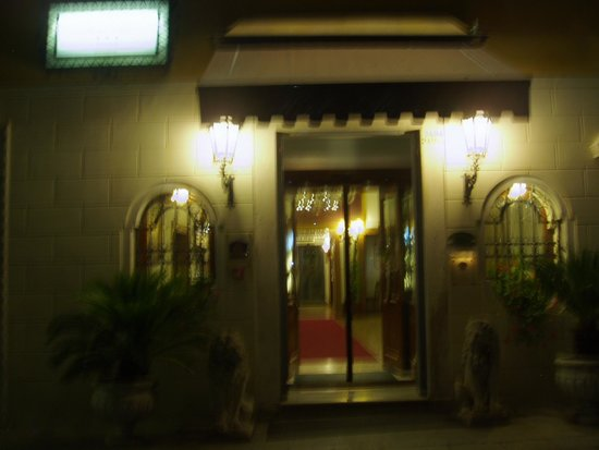 Hotel Ala - Historical Places of Italy: ホテルの玄関