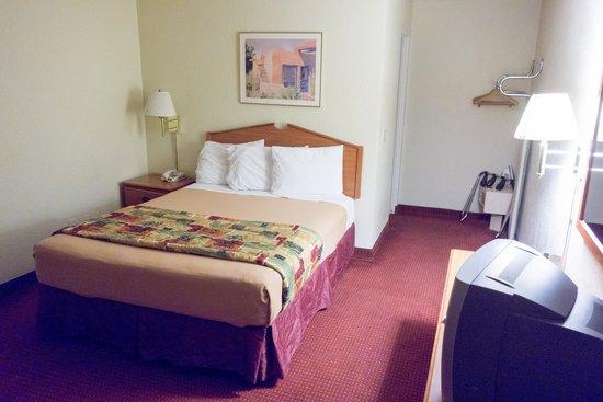 Pacific Inn Hotel & Suites: Queen size bed, chambre bien entretenue