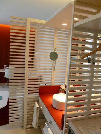Hotel Porta Fira: évier dans le couloir d'entrée de la chambre