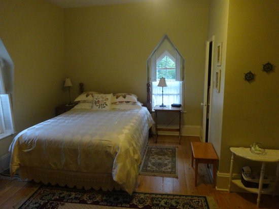 Bluenose Lodge: Smaller Room
