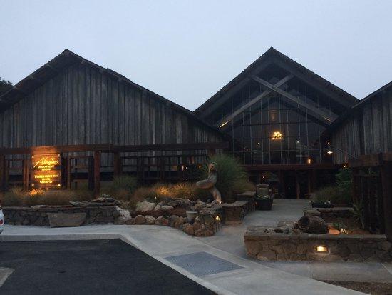 Timber Cove Resort : Front of inn