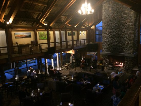 Timber Cove Resort : Inside, fireplace and lounge. Full bar and restaurant