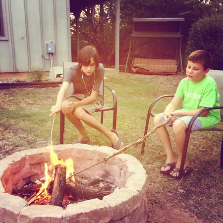 Dinosaur Trail Cabins and Cottages: Fire pit that is perfect for roasting marshmallows!