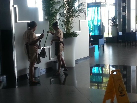 Hotel Riu Cancun: they keep this place spotless