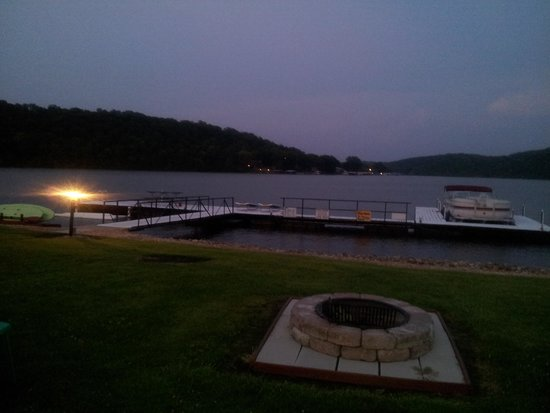 Waters Edge Motel: fire pit, grills on site