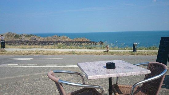 La Pointe du Grouin : Petite terrasse en face de la pointe..