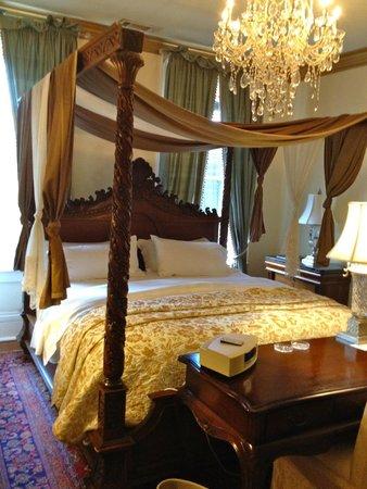 The Olde Savannah Inn: OUR MAGNIFICENT COMFY BED...RENAISSANCE SUITE!
