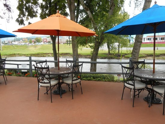 The Inn On The River: Out side Dinning by the water