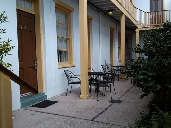 Prytania Park: Charming court yard seating