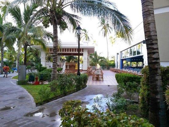 Hotel Riu Emerald Bay: Primer bar en el area de albercas enfrente del teatro