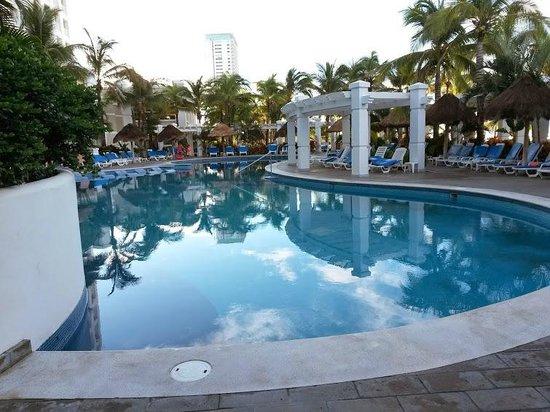 Hotel Riu Emerald Bay: segunda alberca donde se hacen la mayoria de actividades